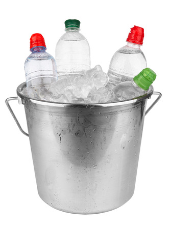 seau d eau: Les bouteilles d'eau en cube de glace isolés sur un fond blanc