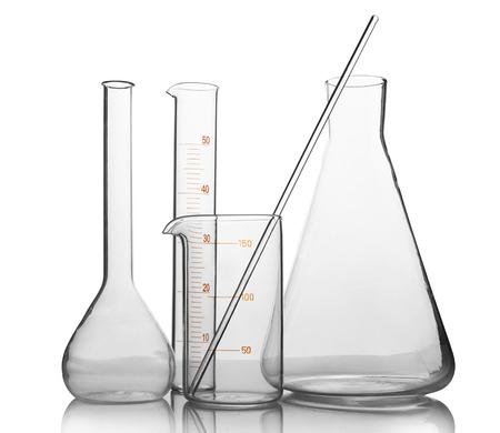 laboratorio clinico: vidrio de laboratorio vacío con la reflexión aislada en fondo blanco Foto de archivo