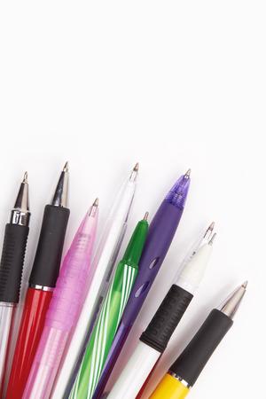 ball pens stationery: Diferentes tipos de plumas aislados sobre fondo blanco