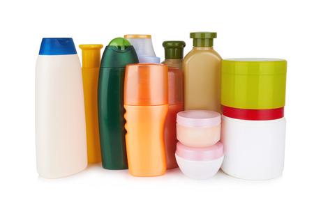 aseo personal: diferentes productos cosm�ticos para el cuidado personal aislado en el fondo blanco