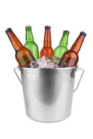 bierflesjes in een emmer ijs geïsoleerd op een witte achtergrond.
