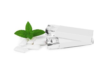 -Guma do żucia: Fresh leaves mint with chewing gum isolated on white background