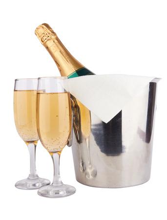 Champagnefles in koeler en twee champagneglazen