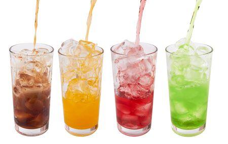 gaseosas: vasos de agua dulce con cubitos de hielo en blanco