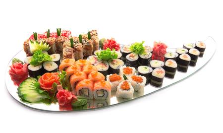 Sushi set. Verschillende soorten sushi op spiegel op wit wordt geïsoleerd