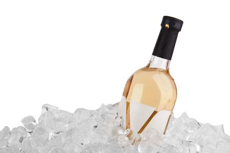 白い背景で隔離の氷で白ワインの瓶