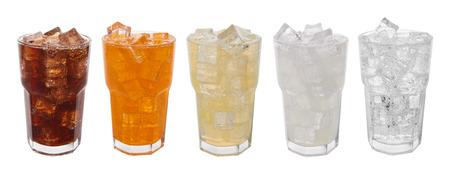 Glazen met zoete dranken met ijsblokjes op wit wordt geïsoleerd