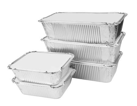 utensilios de cocina: bandejas de aluminio para alimentos en un fondo blanco