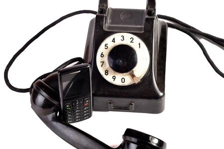 Foto de un teléfono moderno y antiguo teléfono en comparación con ellos mismos. Foto de archivo - 10050071