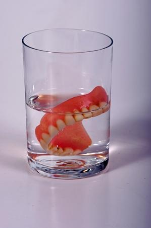 falso: Foto de dentadura postiza en vidrio