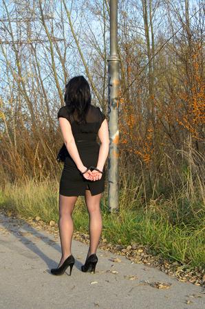 prostituta: Foto de la mujer esposada policía criminal