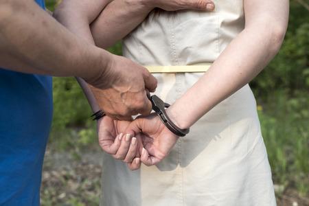 prostituta: foto que muestra la detención de una mujer joven por un oficial de policía