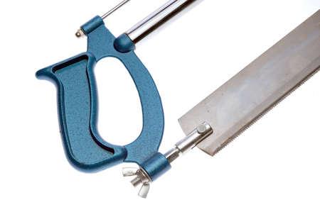 serrucho: Close up vista de la sierra de mano en el blanco Foto de archivo