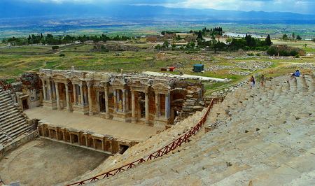 teatro antiguo: Teatro antiguo en Pamukkale antes de la tormenta