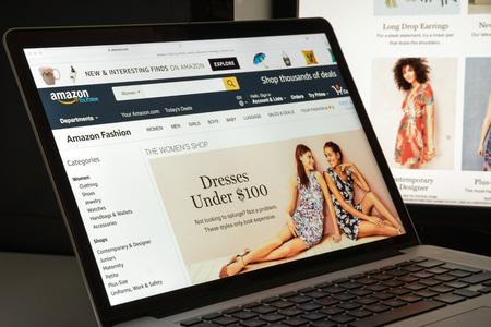 ミラノ, イタリア - 2017 年 8 月 10 日: アマゾン サイトのホームページ。アメリカの電子商取引とクラウド コンピューティングの会社です。Amazon.com の 報道画像