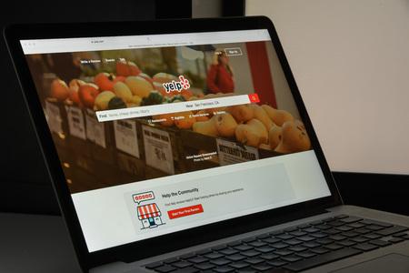 ミラノ, イタリア - 2017 年 8 月 10 日: Yelp ウェブサイトのホームページ。アメリカの多国籍企業です。ホスト、Yelp.com の市場を開発します。Yelp のロゴ