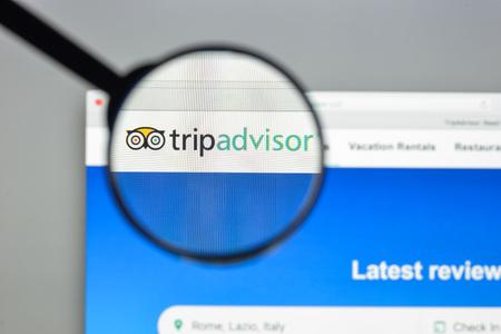 밀라노, 이탈리아 - 2017 년 8 월 10 일 : Tripadvisor 웹 사이트 홈페이지. 그것은 여행 관련 콘텐츠의 리뷰뿐만 아니라 호텔 예약을 제공하는 미국 여행 웹  에디토리얼