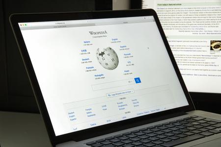 ミラノ, イタリア - 2017 年 8 月 10 日: ウィキペディアのウェブサイトのホームページ。誰でも記事を編集できるようにすることを目的と無料のオンラ 報道画像