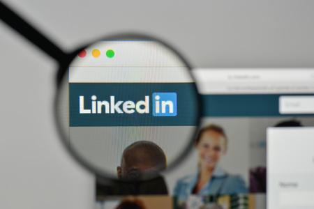 ミラノ、イタリア - 2017年11月1日:ウェブサイトのホームページ上のLinkedinロゴ。