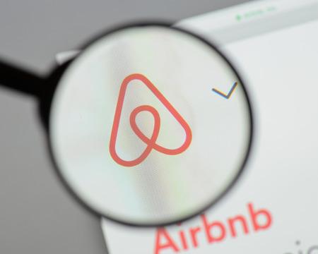 밀라노, 이탈리아 - 2017 년 8 월 10 일 : Airbnb 웹 사이트 홈페이지 온라인 마켓 플레이스 및 호텔 서비스입니다. Airbnb 로고가 보입니다.
