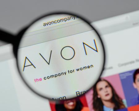 ミラノ、イタリア - 8月 10, 2017: エイボン製品のロゴは、ウェブサイトのホームページ上.