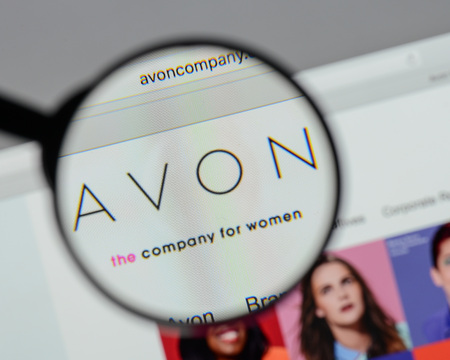 Milan, Italy - August 10, 2017: Avon Products logo on the website homepage. Redactioneel