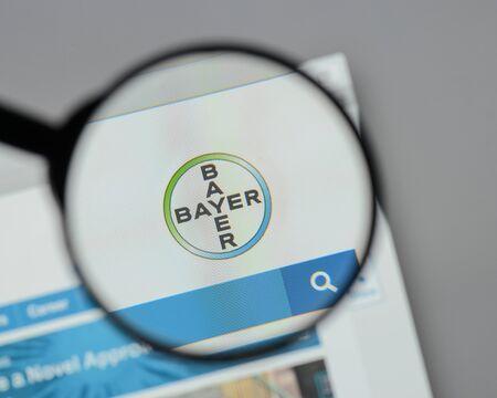 ミラノ, イタリア - 8月 10, 2017: バイエル  ウェブサイトのホームページ上のロゴ。 報道画像