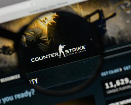 Milão, Itália - 10 de agosto de 2017: Logotipo de Counter Strike no homepage do Web site. Foto de archivo - 93494121