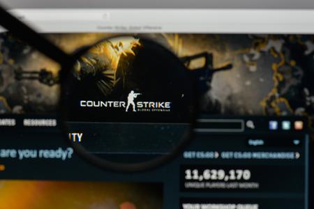 Milão, Itália - 10 de agosto de 2017: Logotipo de Counter Strike no homepage do Web site. Foto de archivo - 93585541