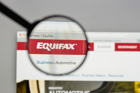 ミラノ、イタリア - 8月 10, 2017: ウェブサイトのホームページ上のEquifaxのロゴ. 報道画像
