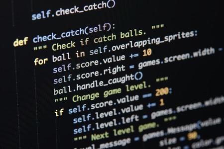 Écran de développement de code Python réel. Concept d'algorithme abstrait de flux de travail de programmation. Lignes de code Python visibles sous la loupe.