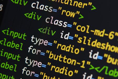Schermata di sviluppo del codice HTML reale. Programmazione del concetto di algoritmo astratto del flusso di lavoro. Linee di codice HTML visibili.