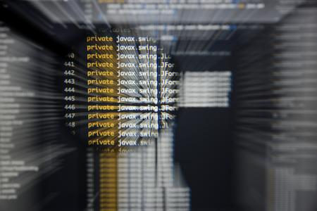 Real Java-code ontwikkelscherm. Programmeerproces abstract algoritme concept. Lijnen van Java-code zichtbaar onder vergrootglas met movimenteffect