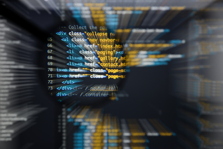 実際の Html コード開発画面。プログラミングのワークフロー抽象アルゴリズムの概念。Moviment 効果と拡大レンズの下に表示されている Html コードの