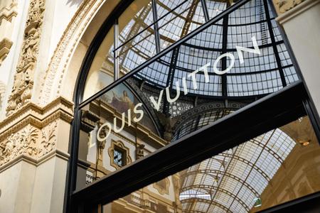 Milan, Italië - 24 september 2017: Louis Vuitton-winkel in Milaan. Fashion week Louis Vuitton winkelen