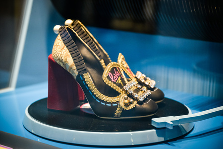 Milano, Italia - 24 settembre 2017: scarpa Dolce Gabbana in un negozio DNG a Milano. Archivio Fotografico - 93825597