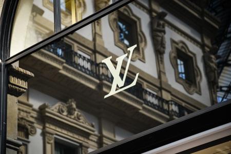Milan, Italy - September 24, 2017:  Louis Vuitton store in Milan. Fashion week Louis Vuitton shopping Zdjęcie Seryjne - 93825639