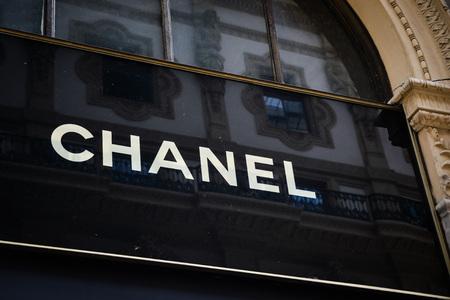 ミラノ、イタリア - 2017年9月24日:ミラノのシャネル店。ファッションウィーク シャネル ショッピング 報道画像