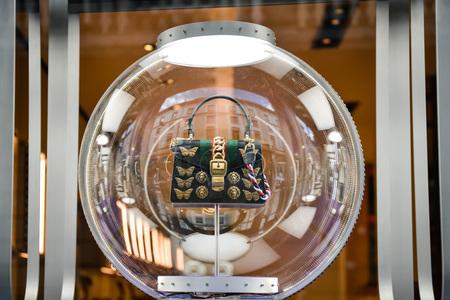 밀라노, 이탈리아 - 2017 년 9 월 24 일 : 밀라노에 구찌 매장. 구찌 쇼핑 패션 주