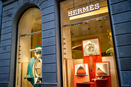 Milan, Italië - 24 september 2017: Hermes-winkel in Milaan. Fashion week Hermes winkelen Redactioneel