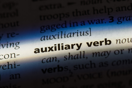 auxiliary verb word in a dictionary. auxiliary verb concept. 版權商用圖片 - 99479677