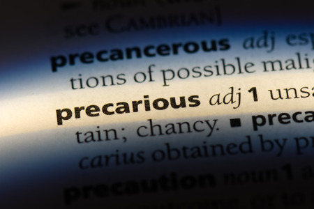 precarious word in a dictionary. precarious concept. 版權商用圖片 - 107715233