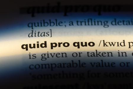 quid pro quo word in a dictionary. quid pro quo concept. 版權商用圖片 - 107715790