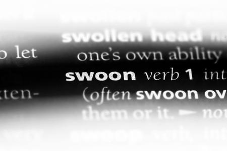 parola svenuta in un dizionario. concetto di svenimento.
