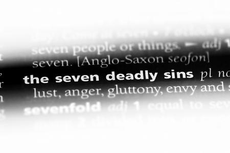 le mot des sept péchés capitaux dans un dictionnaire. le concept des sept péchés capitaux.