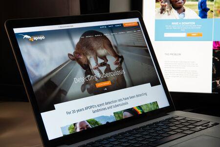 Milano, Italia - 15 agosto 2018: homepage del sito web della ONG Apopo. Visibile il logo dell'Apopo. Editoriali