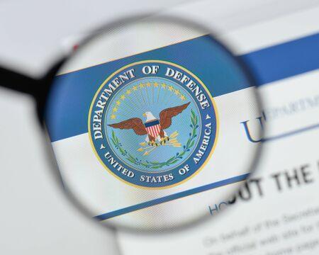 Milán, Italia - 20 de agosto de 2018: Página de inicio del sitio web del Departamento de Defensa de Estados Unidos. Logotipo del Departamento de Defensa de EE. UU. Visible.