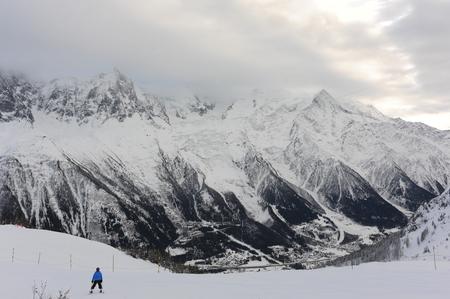 Panorama de los Alpes franceses con cordilleras Foto de archivo - 91313878