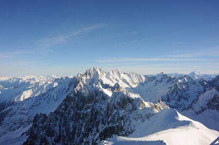 Panorama de los Alpes franceses con cordilleras cubiertas de nieve en invierno Foto de archivo - 91307712