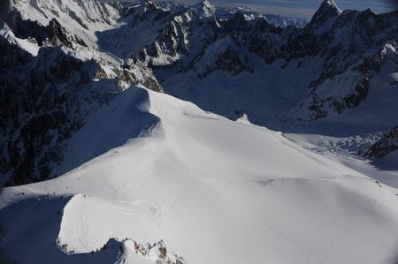 Panorama de los Alpes franceses con cordilleras cubiertas de nieve en invierno Foto de archivo - 91343148